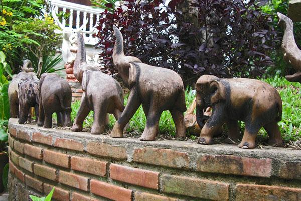 Wat Doi Suthep: Elephants Marching