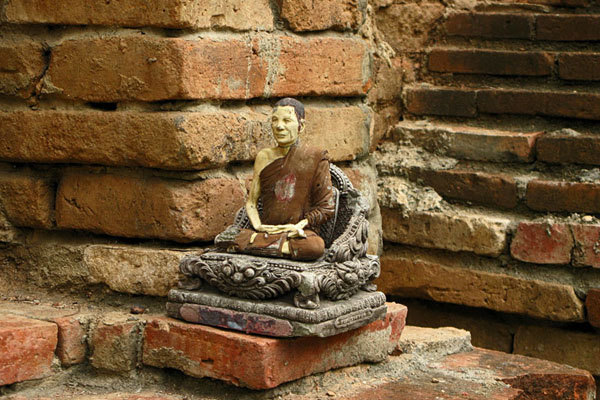 Wat Jet Yot: Small stone Icon placed on large brick wall