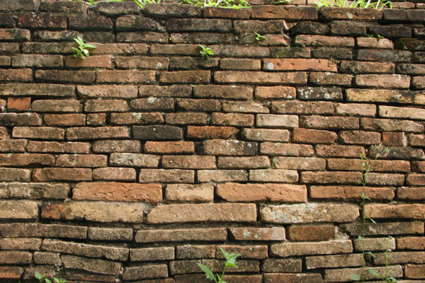 Wat Jet Yot: Undulating brick wall