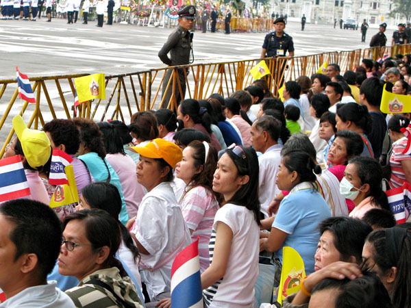 Crowds await the King's Arrival