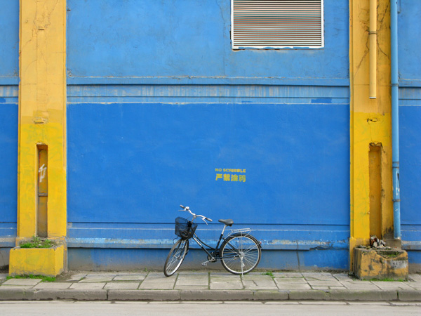 Next I took my bike for a photo shoot in front of a blue wall, where scribbles aren't allowed.