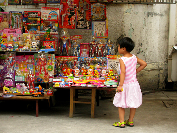 Child searching for the perfect toy